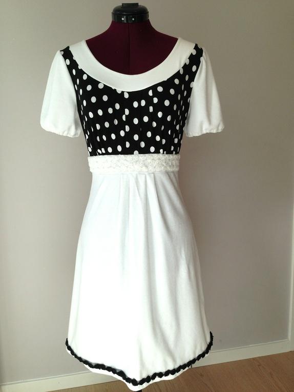 0b35c0be0b4d Nydelig kortermet kjole i hvit stretch-chenille. Toppen er sydd i sort  jersey med hvite prikker. Legg foran på skjørtet