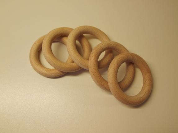 Fem treringer - Norge - Ringer av lyst tre som kan brukes til litt av hvert. Ytre diameter: 6 cm, indre diameter: 4 cm. Et gjennomgående lite hull i hver ring som kan være kjekt for videre bearbeiding. Prisen er for alle fem. Ring, gardinring, rund, sirkel, treprodukt, - Norge