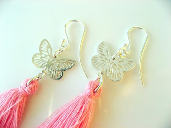 Silver earrings, 925S - Norge - Silver earrings. Lange øredobber med dusker i rosa (en anelse mot korall).Sommerfugler i sølv.Øredobbene er laget av sølv, 925s.Total lengde på øredobben er 6 cm. Leveres i en fin gavepose. Søkeord: byBerit, Berit Sakshaug, svart, sort, nat - Norge