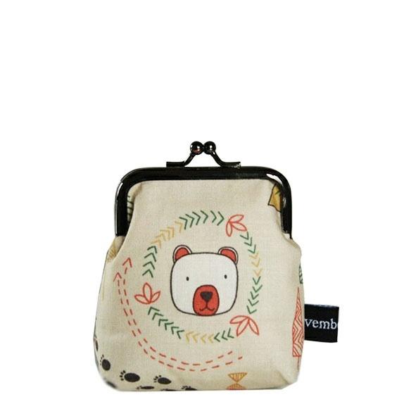 Cute Bear - mini portemone - Norge - Nydelig MiNI Portemoneplass til småpenger etcSydd av beige bomullstoff med motiv av hund med bjørn i skogeninnerfor er bomullstoffVliselin og vatt mellom lagenesom gjør at vesken er stødig.Mål:bredde ca 8,5 høyde ca 10,5 cm inkl låssøkeror - Norge