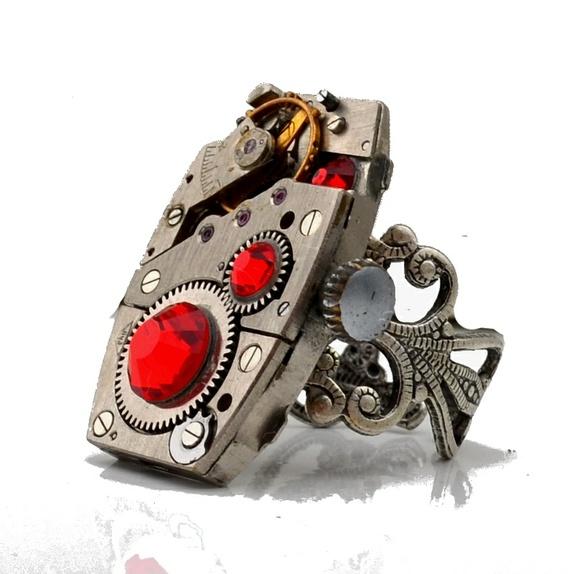 Steampunk ring .rød - Norge - Unikt vintage-ring, av flott gammelt mekanisk urverk.Ringen er laget av gamle klokker som er tatt fra hverandre, renset og pusset. Alle skarpe deler og spisse utstikkere er fjernet. - Gjenbruk og redesign.Materialer:- Gammelt urverk 29 x 18 mm- Re - Norge