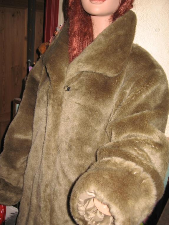 094e7527 Deilig varm jakke i beigebrun farge. Ekte fuskepels.,lukkes med skjulte  hemper. Merket str38,men passer fint til 40/42 også.