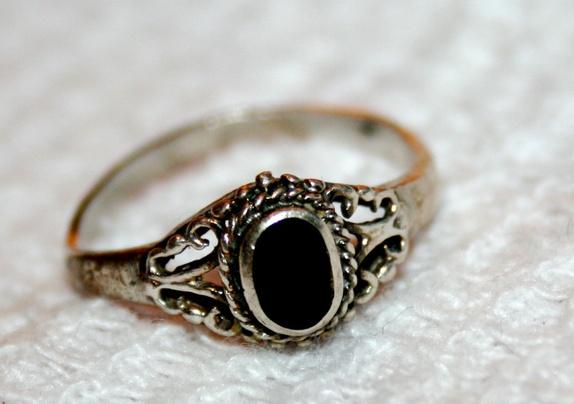 silverring med svart sten