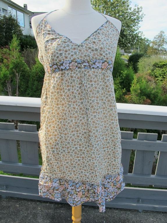 3533d2da Blomstrete kjole fra hm. Knyting bak nakken. Lårkort, kan også brukes som  tunika med genser under.