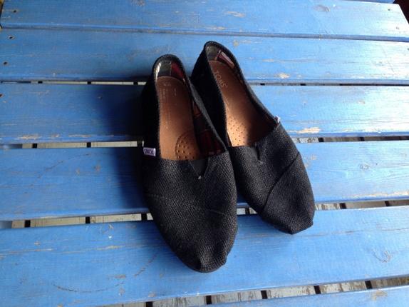 """Nye """"Toms"""" sko fra New York. - Norge - """"Toms"""" sko i str.9 USA/43-Norge. Skoene er helt ubrukte. Sorte med rød og grønn rutete for. Brune lærsåler innvendig. - Norge"""