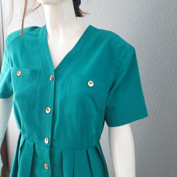 21375f52 Smaragdgrønn vintage kjole fra Ellos. Ellos er et svensk firma grunnlagt i  1947. I 1983 kom en norsk avdeling av Ellos, og i dag er det Nordens  største ...