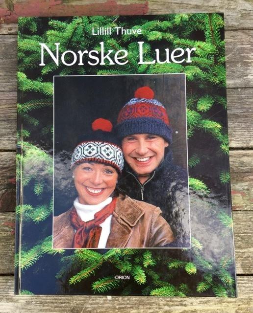Bad hair-day? Strikk deg en lue! - Norge - Boken: Norske Luer av Lillill Thuve inneholder oppskrift på 23 forskjellige luemodeller. Her vil du garantert finne en eller flere luer som faller i smak! Utgitt: 1998 - Norge