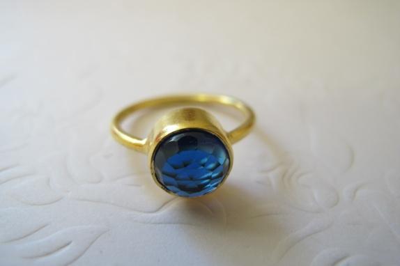 """Ring i vermeil med rund Blue Sapphire - Norge - Ring i vermeil med Blue Sapphire Nydelig ring i vermeil med en Blue Sapphire Vermeil er sterling silver belagt med 24 karat gull. Ringen er i størrelse 6 Se størrelseskart, bilde Ringen er kjempefin å """"stable"""" sammen med andre ringer i andre fa - Norge"""