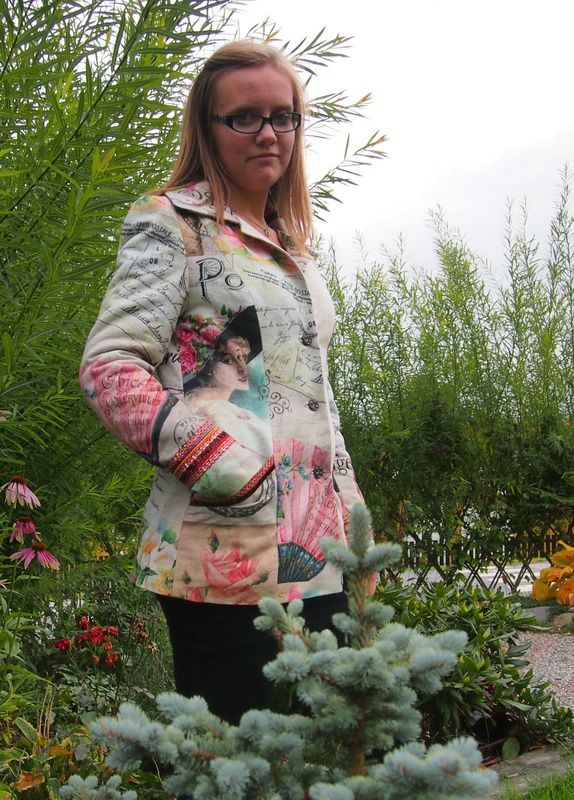 109 - Sydd jakke i flott stoff - Norge - Sydd jakke i fantastisk flott stoff! Jakken har krave, lommer og dekorative bånd. Foret har jeg quiltet med vatt selv, slik at det er litt varme i jakka. Det er quiltet for i ermene også. Høst og vårjakke. Jeg synes den ble kjempefin i det her - Norge