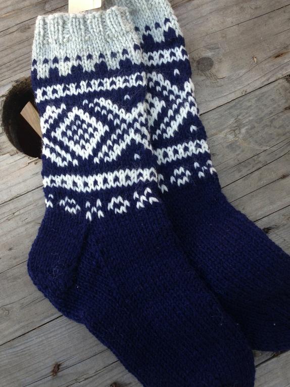 8b3f3698 Strikket i Sandnes garn: Perfect 85% ull 15 % polyamid. Farge :  blå/hvitt/grå