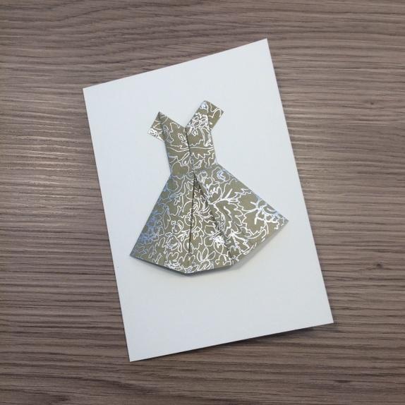 DRESS YOU UP! Kjolekort - Norge - Delikat håndlaget kort med origamikjole Dobbelt kort med blank innside i A6-format (10.5 x 14 cm). Leveres med konvolutt. Kjøp 4 kort for 220,- (refunderer 40,-) Søkeord: tinating origami kort papir chiyogami lokta bursdag fest forlover bryllup - Norge