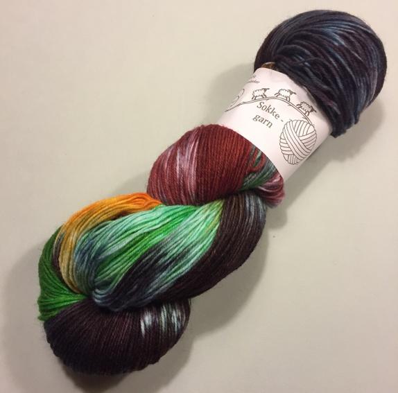 Sokkegarn svart/grønn/burgunder/gylden - Norge - Håndfarget sokkegarn til tynne deilige sokker, skjerf, sjal, luer, tynne gensre og hva du ellers måtte finne på og strikke eller hekle. 100g hespe420m på 100g80% ull, 20% polyamidPinnetykkelse 2,5-3 Skal du strikke skjerf eller sjal anbefaler  - Norge