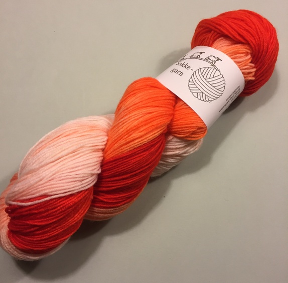 Sokkegarn rødorange gradert - Norge - Håndfarget sokkegarn til tynne deilige sokker, skjerf, sjal, luer, tynne gensre og hva du ellers måtte finne på og strikke eller hekle. 100g hespe420m på 100g80% ull, 20% polyamidPinnetykkelse 2,5-3 Skal du strikke skjerf eller sjal anbefaler  - Norge