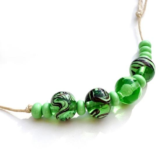 Grønt transparent sett håndlagde lampworkperler - Norge - Grønne lekre perler i en kjølig transparent grønn farge. Ca 10 mm. Lampworkperler er unike kunstperler som aldri blir identiske. De smeltes av glasstenger med spesialutstyr og en perle kan ta mellom 5 minutter og en time å lage.Trollsmeden lag - Norge