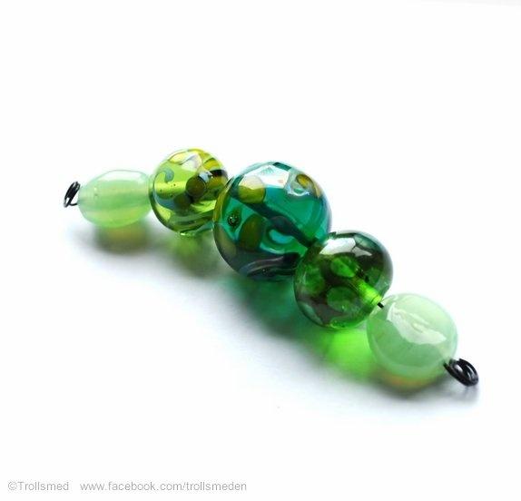 Sett med grønne fine perler - Norge - Du får de som er avbildet - den i midten er 19 mm stor. Jadefarget glass i de to små, lekker farge. Lampworkperler er unike kunstperler som aldri blir identiske. De smeltes av glasstenger med spesialutstyr og en perle kan ta mellom 5 minutter og - Norge