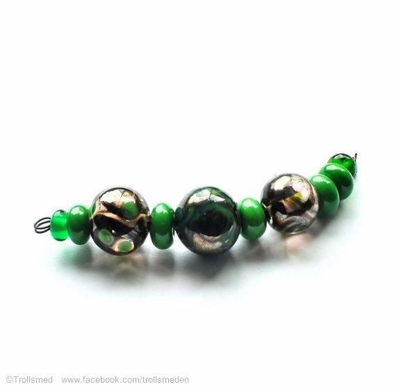 Sett med tre sølvgrønne perler og spacere - Norge - Du får de som er avbildet - den i midten er 16 mm.Spacere grønne.Hovedperlene er laget på transparent rosa base og jeg har blandet beige og grønn og det ble en morsom reakjson :-) Se etter tilbud på RØDE perler i min egen butikklise.mystore. - Norge