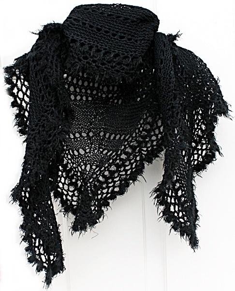 """Florlett sjal med pelskanter - Norge - Sjalet er strikket med to tråder av ett tynt garn i 85 % merino, 10 % angora og 5 % kashmir.Som en del av kantingen rundt er det brukt ett """"pelsaktig"""" garn i 30 % ull og 70 % akryl.Sjalet måler ca. 212 cm over skuldren og ca. 100 cm midt bak - d - Norge"""