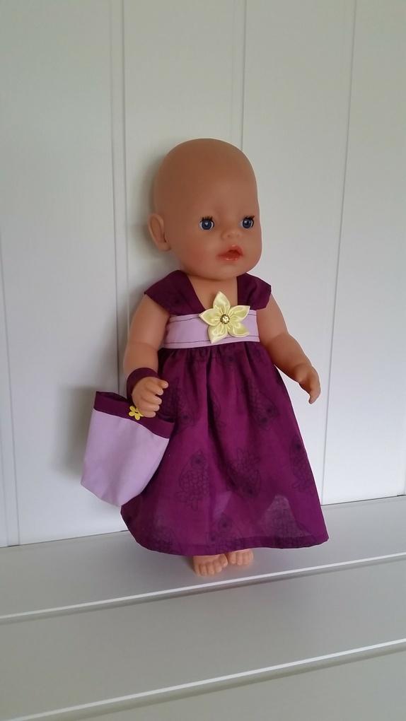 b327b840 Kjole og veske til dukker på ca 43 cm lengde (f.eks. Baby born). Det er  brukt lilla poplinstoff med uglemotiv og lyselilla bomullsstoff.