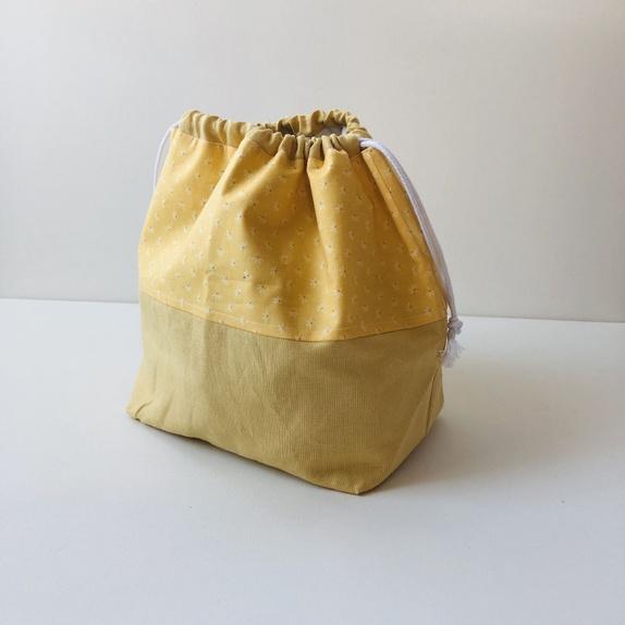 e714ebde Stor og god prosjektpose til strikketøyet i gul lin og bomull med blomster.  Lukkes med snorer. Passer til større strikkeprosjekt som genser, ...