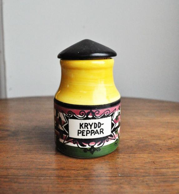 Hus til kryddpeppar - Norge - Hus med tak av tre og kork til pepper. SvenskVeldig finfin og med originalprislappen. 9,5 cm høy 50-talls, Sverige, krydder, pepper, gul, grønn, retro, Hjemlengsel - Norge