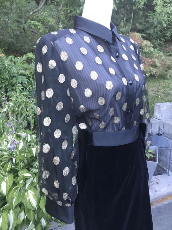 Ubrukt, vakkert sett fra YVES SAINT LAURENT ankelfotsidt skjørt i speilfløyel og silke, samt bluse i tyll og silke.