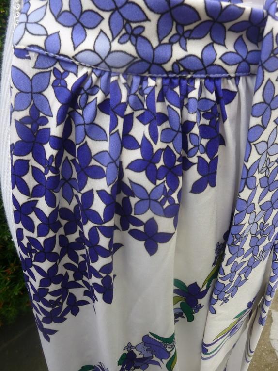 b3f43f67 Nydelig fotsidt/ankelsidt skjørt. Klare lilla og blå blomster. Knyting og  knepping foran. Fra 70-tallet.