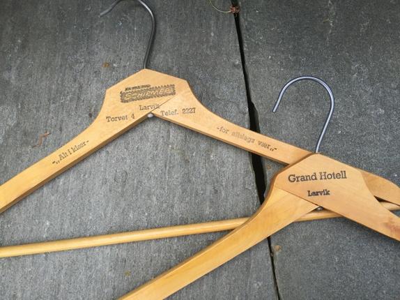 To fine, gamle kleshengere med logo - Norge - To fine kleshengere i tre med logo. Gammel nostalgi! Selges samlet! Søkeord: Larvik, tre, klær, oppbevaring - Norge