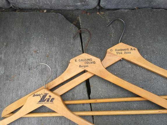 Fire fine, gamle kleshengere med logo - Norge - Fire fine kleshengere i tre med logo. Gammel nostalgi! Selges samlet! Søkeord: tre, klær, oppbevaring, Bergen - Norge