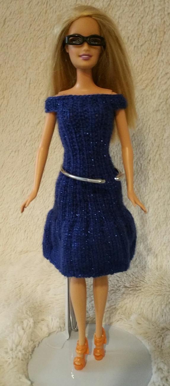 386fa4ea Blå kjole med briller, sko, veske og sjal - Epla