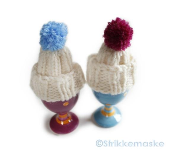 Eggvarmere med dusk - Norge - Velkommen!2 stk håndstrikkede eggvarmere pyntet i hver sin friske farge i toppen med dusker. ♥ ProduktinformsjonFarge: Hvit, rosa, blåStr: Akkurat passe for eggGarn: 100% ullVask: håndvask ♥ Takk for at du stakk innom Abalone og God Frokost - Norge