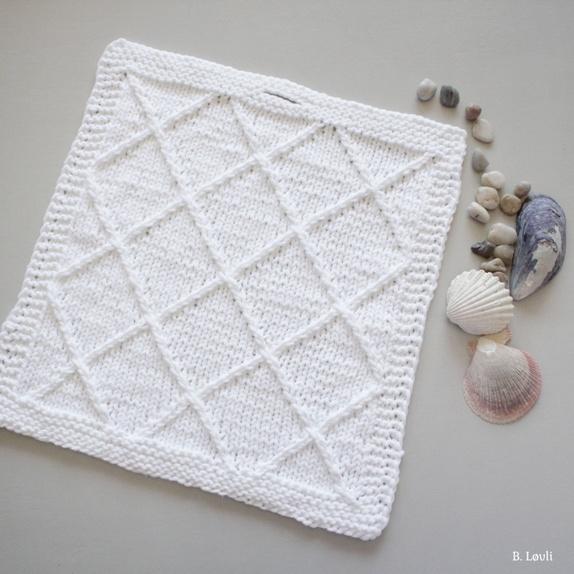 Klut: Elegant twist - Norge - Hvit klut som kan brukes til både vaskeklut eller annet. Kluten er strikket i bomull akrylblanding. (akrylen er med på å gjøre at den tørker raskere og den blir lettere) Mål: ca 29 cm X 31 cm Vask: 40 grader Design: B. Løvli Søkeord: klut, - Norge
