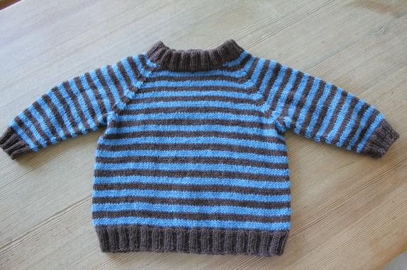 d7b343de Blå og brun stripete genser med raglanfelling. Str. 1-2 år. Strikket i  Askeladden garn fra Nøstebarn, deilig ubehandlet ull. Vaskes på  ullvaskprogram eller ...