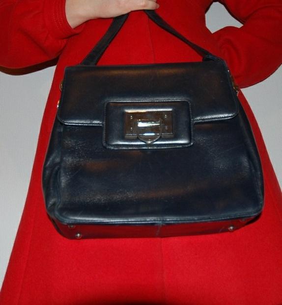 2dc636f2 Søt vintage skinnveske i fin stand. Mørk blå - nesten sort i fargen. Fin  sølvspenne ved lukkemekanismen. Romslig med flere bur og lomme med glidelås.