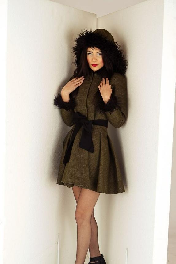 de96560b Veldig feminin ull vinterjakke med pels og quiltfór slik at du kan være  vakkert selv på de kaldeste vinterdagene. Svart sløyfe på midjen. Full  quiltfór.