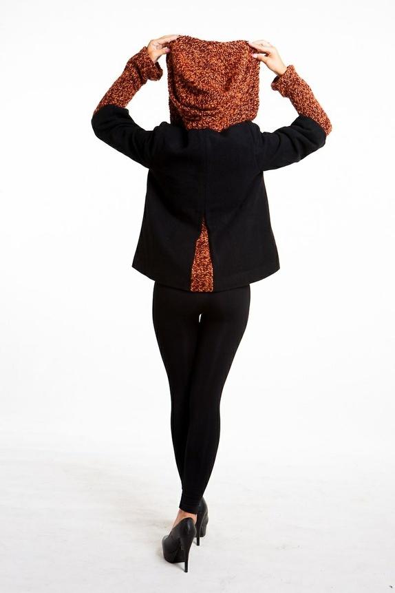 139f8c49 Feminin og morsom design, denne ull vinterjakke har også en vintage look.  Hette, del av ermer og bakfold er laget av en veldig fargerike oransje  bouclé som ...