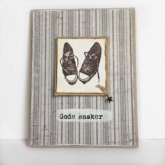 Converse - kort - Norge - Et håndlaget kort i maskulin stil - til bursdag, konfirmasjon eller en hvilken som helst anledning! Dette er et dobbelt kort i A6-format (10.5 x 14 cm), som er laget av kraftbrun kartong. Det er dekorert med stilig designpapir i beige og et hånd - Norge