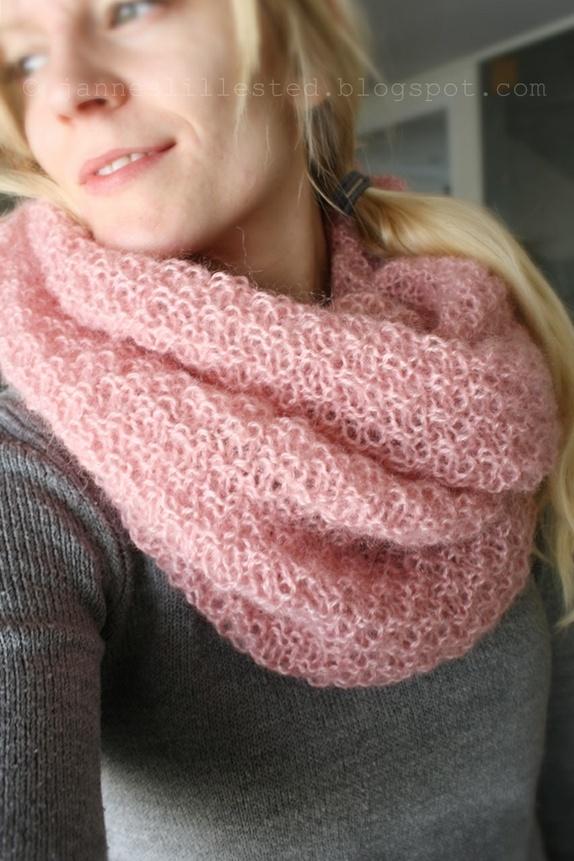 ec8507c5 Deilig strikket hals i dobbel perlestrikk. Halsen er rosa og er strikket i  kitten mohair fra Sandnes garn. Halsens halsåpningen/omkrets måler ca 140  cm.
