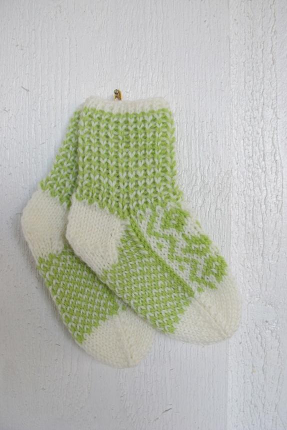 Selbusokker i hvitt og lime str 0-1 år - Norge - Nydelige håndstrikkede sokker i selbumønster. Sokkene er i hvitt med lime mønster, strikket i 100% babyull. Str. 0-1 år. Har også votter i samme farger. - Norge