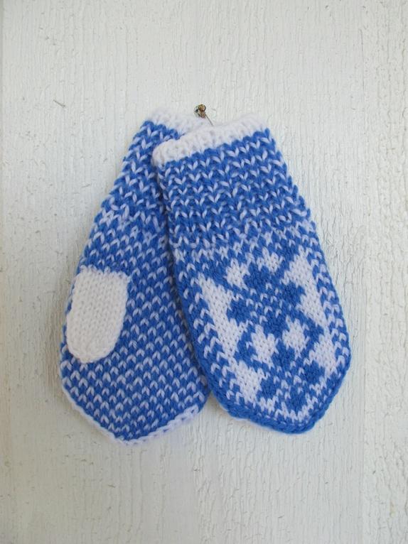 Selbuvotter i hvitt og blått str 0-1 år - Norge - Nydelige håndstrikkede votter i selbumønster. Vottene er i hvitt med blått mønster, strikket i 100% babyull. Str. 0-1 år. Har også sokker i samme farger. - Norge