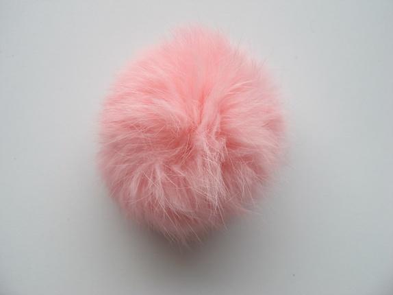 SALG!! Pelsdusk - Lys rosa - Norge - Dette er en pels dusk laget av kanin. Den er rosa i fargen og den er ca 8 cm i diameter. Dusken har en liten hempe i strikk, så den kan lett festes på en knapp, noe som er praktisk hvis man skal vaske lua/plagget den er festet til. Den kan også - Norge