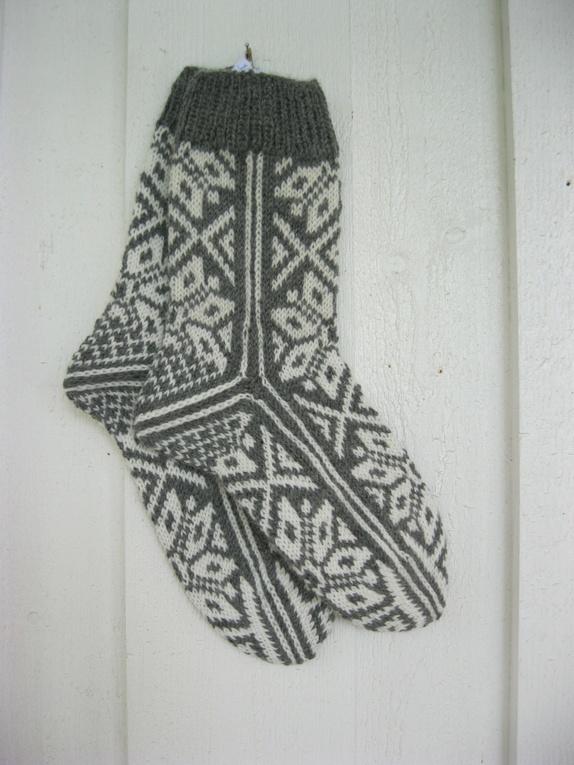 Selbusokker i grått og hvitt -40-41 - Norge - Håndstrikkede selbu sokker Deilige og varme selbusokker, håndstrikket i grått med hvitt mønster. 80% ull og 20% nylon (slitestyrke) Størrelse: 40-41 Strikker andre størrelser og fargekombinasjoner på bestilling. Leveringstid ca en uke. - Norge