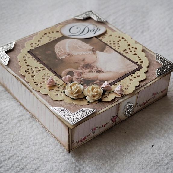 Gaveeske , dåp - Norge - Håndlaget gaveeske til dåpsbarnet. Gaveesken passer til en pengegave, smykke o.l. Denne gjør seg godt på gavebordet! Esken er laget fra bunn av i stødig kartong og dekorert med designpapir på alle sider. Lokket er dekorert med et vintagebild - Norge