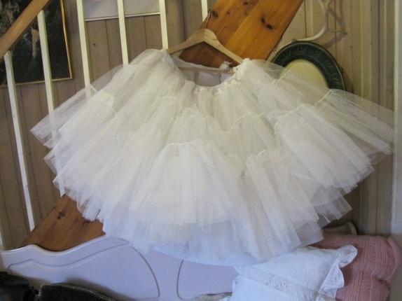 5b6b718c Tyllskjørt laget av brudekjole underskjørt. Dette er et prosjekt jeg ikke  ble ferdig med, kanskje noen kan ha glede av det. Jeg har prøvd å måle  vidden ...