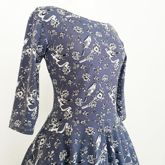 Jerseykjole med sving og ermer Blå med fugler og blomster
