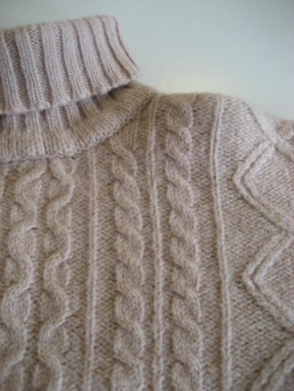 abf89331 Høyhalset, vintage strikkegenser i 100% Shetlands ull. Delikat beige farge  og et flott flettemønster.