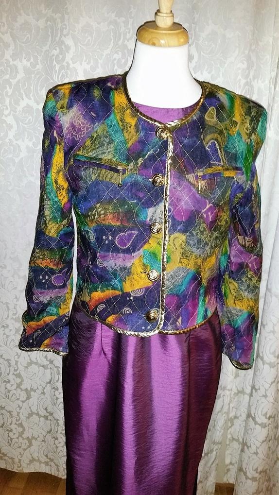 8e518208bc5 Lekker kort jakke med flotte detaljer. Gullband rundt kantene og flotte  knapper. To brystlommer med glidelås.