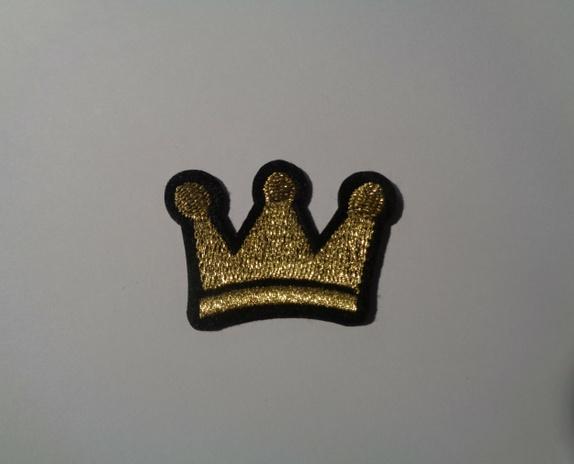Gull Krone, strykemerke / symerke - Norge - Gull Krone, strykemerke / symerke Str: 4,7 x 3,1 cm Blir det betalt for mye i porto. blir det tilbakebetalt. - Norge