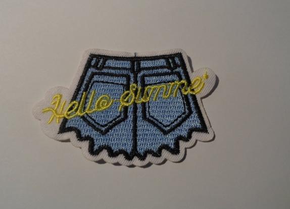 """Shorts / Skjørt med """" Hot Summer """", sy/strykemerke. - Norge - Shorts med """" Hot Summer """" / Skjørt / Bukse / Ola / Jeans , sy/strykemerke. Str: 8 x 4,8 cm Blir det betalt for mye i porto, blir det tilbakebetalt til deg. - Norge"""