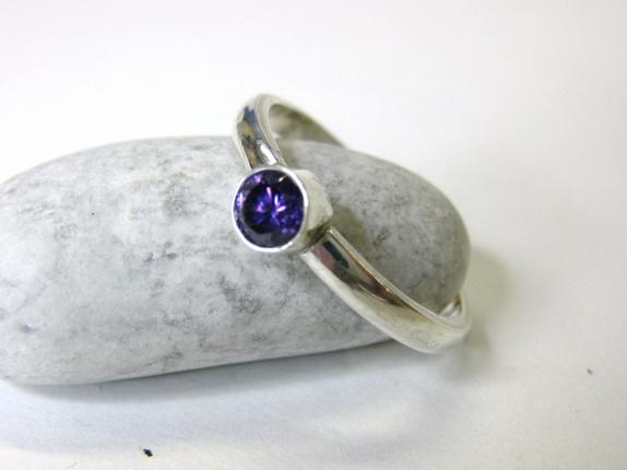 Håndlaget ring med ametyst - Norge - Håndlaget ring i 925 nikkelfritt sølv med fasettslipt ametyst.Ametysten har diameter på 4mm.Ringskinnen har bredde på 3mm.Størrelse på ringen er 55, eller 17,5mm målt i indre diameter. Fargen er nydelig, og mer ametyst-lilla enn jeg har kla - Norge