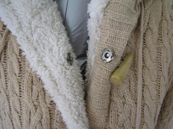 Strikket jakke med teddyfor. Epla